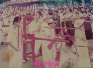 กราบขออนุญาตเผยแพร่ภาพถ่ายเพิ่มเติมในงานพิธีแห่ท่านเทพเจ้าฯ ครั้งที่ 2 ในวันที่ 19 มิถุนายน 2537 ที่ผ่านมา ในงานพิธีเฉลิมฉลองงานบูรณะและปิดทององค์อากงท่านเทพเจ้ากวนอู ศาลเจ้าพ่อกวนอู บริเวณชุมชนชาวตลาดสมเด็จเจ้าพระยา คลองสาน